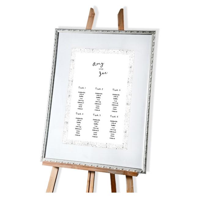 Tischplan mit gesprenkelten Elementen und Kalligraphie