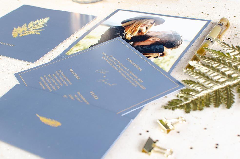 Elegante Hochzeitseinladung als Pocket in Blau mit goldenem Farn der Serie Erle und Samuel von carinokarten