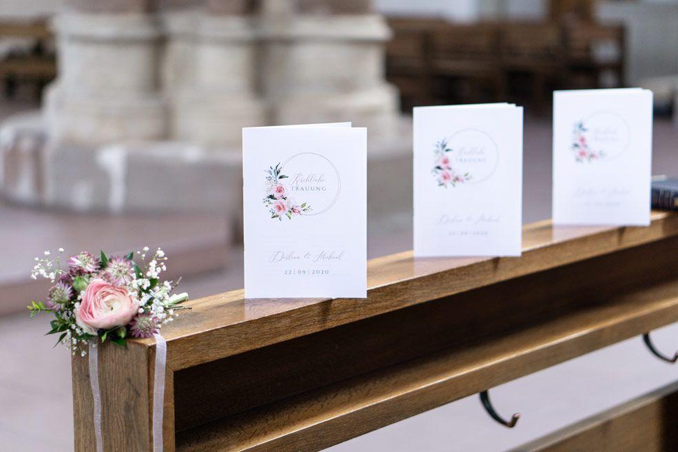 Elegante florale Kirchenhefte mit Goldreif und Rosen der Serie Darleen und Michael - carinokarten