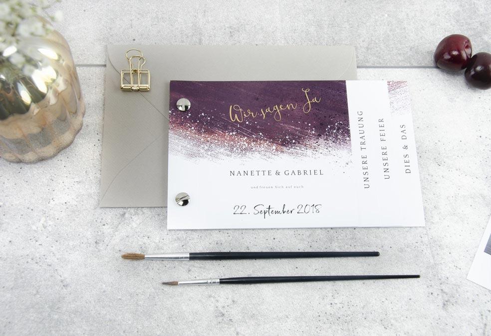 Elegante Hochzeitseinladung als Booklet mit Kalligraphie und Watercolour in Bordeaux Nanette und Gabriel - carinokarten
