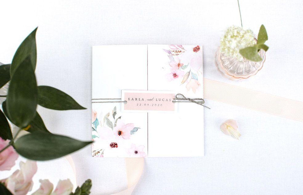 Florale Hochzeitseinladung als Altarfalz mit Anhänger und rosa Blueten der Serie Karla und Lucas von carinokarten