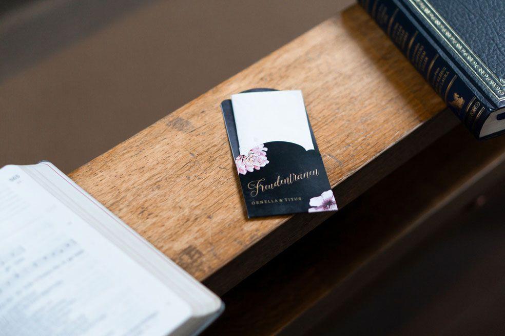 Einstecktasche für Freudentränen Taschentücher im Design der Hochzeitspapeterie in Schieferoptik mit Blüten der Serie Ornella und Titus - carinokarten