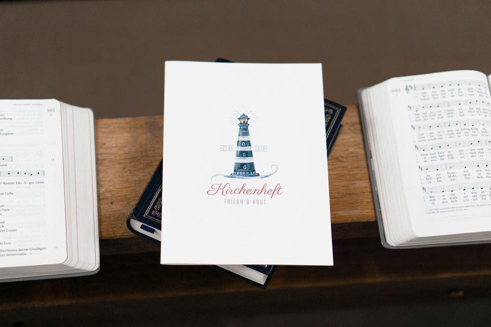 MAritimes Kirchenheft zur Hochzeit mit Leuchtturm aus der Serie Frieda und Knut von carinokarten