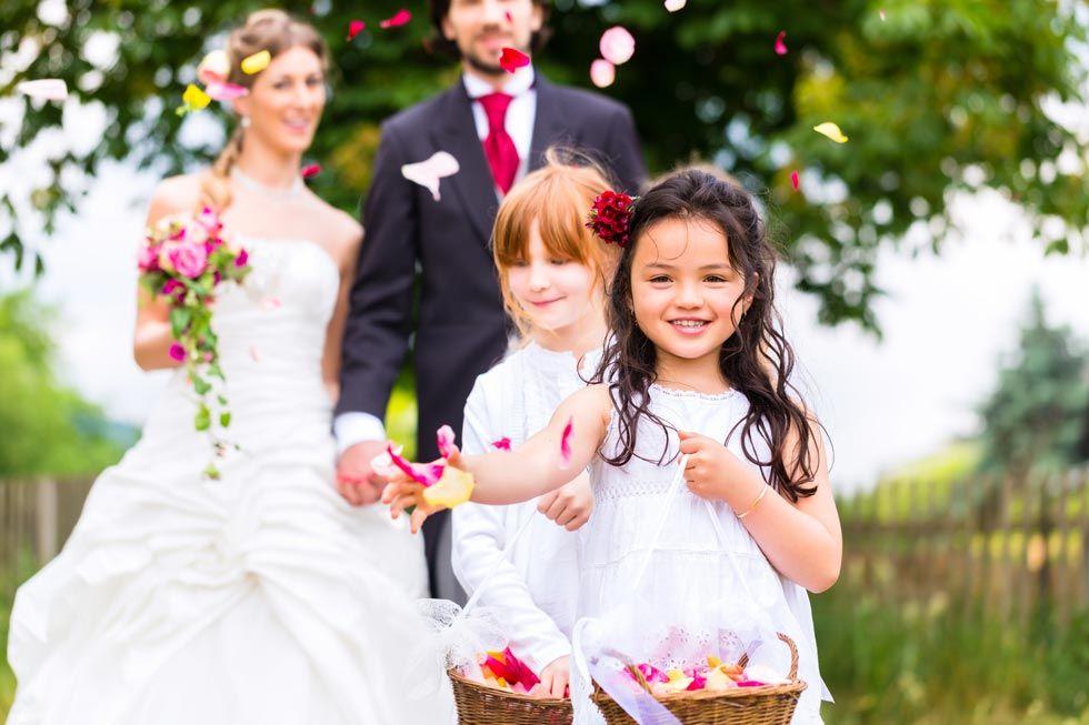 Blumenmädchen auf der Hochzeit Foto von Kzenon - stock.adobe.com