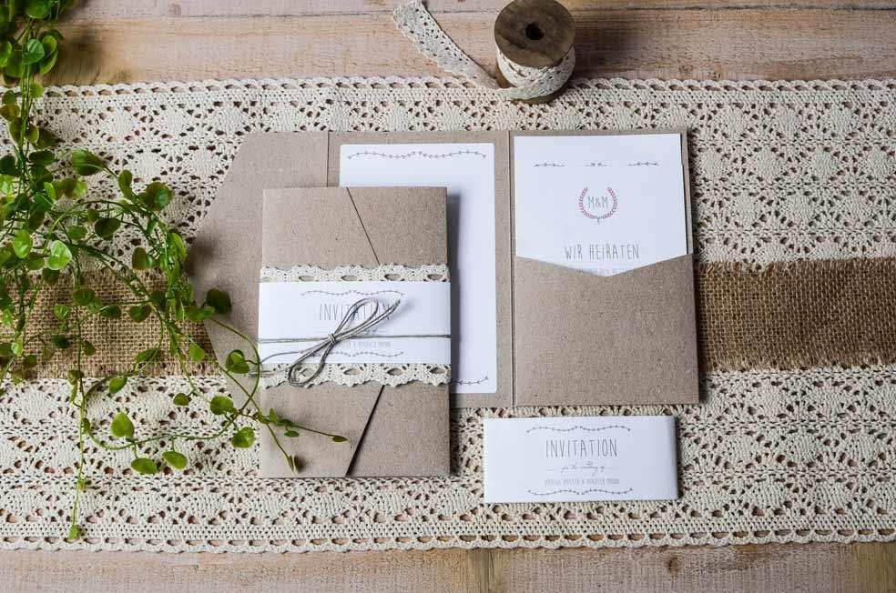 Pocketfold Hochzeitseinladung in rustikaler Kraftpapieroptik Marisa und Mikosch - carinokarten