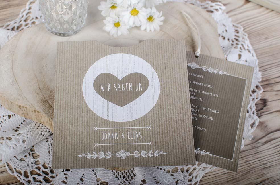 Quadratische Einladung zur Vintage Hochzeit in Packpapieroptik mit Herz der Serie Joana und Elias von carinokarten