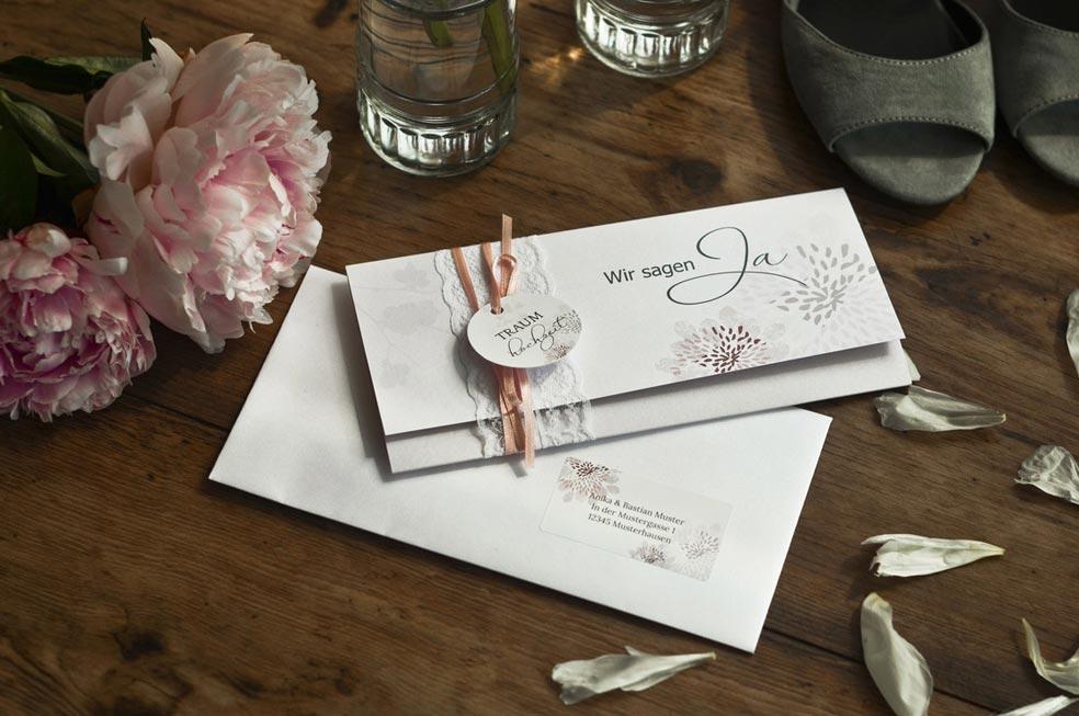 Romantische Hochzeitseinladung als Wickelfalz mit Bändchen und Blüten Anika und Bastian - carinokarten
