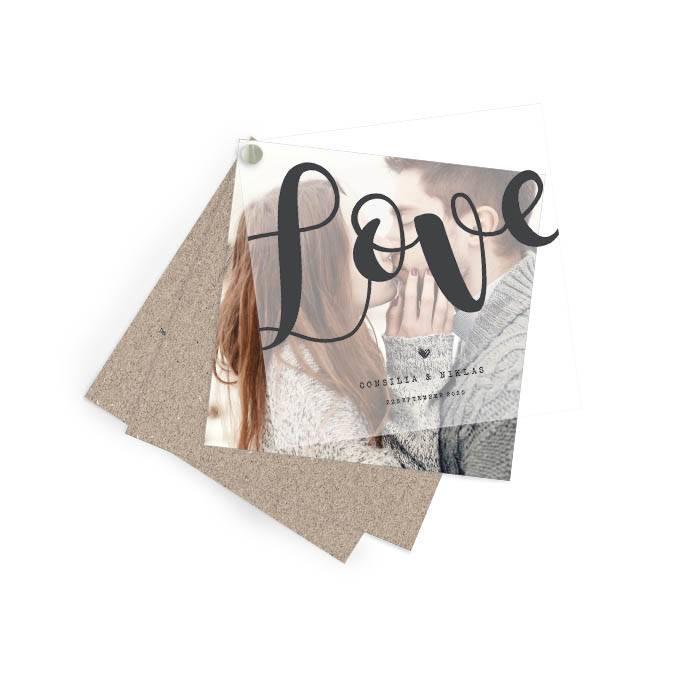Hochzeitseinladung in Kraftpapieroptik mit Transparentpapier und großem LOVE Schriftzug